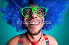 Забавный парень голый с голубой парик и красный галстук — Стоковое фото © peus #18646857