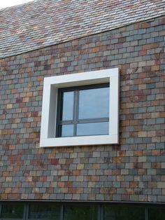 Dynois 32 natuurleien gevelbekleding te Vucht. Lei Import B.V.. Wat een mooie kleuren leistenen zijn dit. Ook mooi voor het donkere gedeelte in de facade van ons huis. Echt, hier word ik ook wel enthousiast van. Architecture Details, Modern Architecture, Slate Wall Tiles, House Cladding, Old Stone Houses, Stone Facade, Slate Roof, Diy Shed, Good House