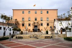 A town hall is in trouble after displaying a passport sized photo of the King. This photo size debacle for Torredembarra is now headed to Tarragona court number two in what the local government are calling a politically motivated issue.