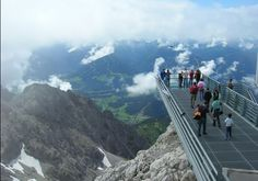"""Called the """"Balcony mountains alpina"""", Dachstein Sky Walk exposed at an altitude of 2700 meters above sea level and on the rocks as high as 250 m. The vertical Hunerkogel A 360-degree view show the visitors Republic Koruna Slovenia in the south to the north. Skywalk is much higher than the platform at Niagara Falls or the falls in Iguazu, Brazil."""