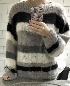 Strikkeopskrift flot mohair sweater med striber i mohair og metal lame Hand Knitted Sweaters, Mohair Sweater, Pullover, Tunic Blouse, Hand Knitting, Knit Crochet, Arts And Crafts, Weaving, Metal