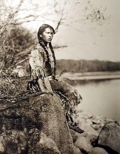 rocknet:   Native American girl wearing a buckskin beaded dress  Rocknet2.0   lo sono il figlio dell' Acqua. Ovunque mi abbatta, dietro di me cavalloni di schiuma si alzano, infuriano tempeste.Son io la causa di tutto ciò. (Canto Navajo)
