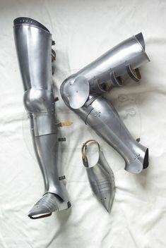 Pełne bigwanty płytowe wzorowane na osłonach nóg delfina Francji Karola VI, koniec XIV w./Complete leg harness based on Charles VI harness, late XIV c.