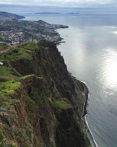 Ein Paradies vor den hohen Klippen von Madeira bietet der schmale Landstreifen Faja dos Padres. Eine Seilbahn fährt hinab und kommt mitten in einer Obstplantage und einem Blütenmeer an.