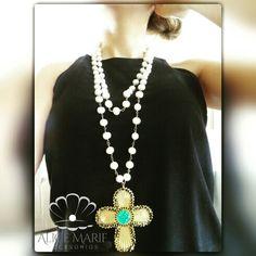 Collar largo en perlas cultivadas dije en bronce con baño en oro de 24 kilates