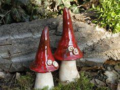 Wunderschöne Deko-Pilze aus Keramik,im 2er-Set.  Hut in brilliant roter Glasur, Stiel in Engobe.  Die Pilze sind wetterfest, sollten aber im Winter frostgeschützt aufgestellt werden.  Großer...