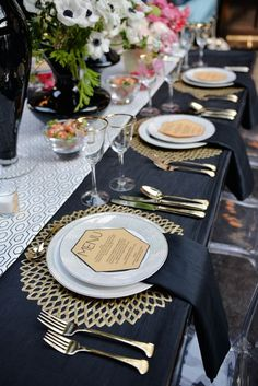 wedding trends stunning charger plates #weddingchargers #chargerplates #weddingtables #weddingdecor #gold #gatsbywedding