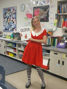 27 Halloween Costumes For Elementary School Teachers. This would be adorable for kids to dress up as their favorite book character. Great idea for a Halloween night at the library. Teacher Halloween Costumes, Hallowen Costume, Theme Halloween, Costume Ideas, Pig Halloween, Vintage Halloween, Halloween Makeup, Modest Halloween Costumes, Preschool Halloween