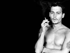 Johnny Depp...Sa doublure voix française.. http://fr.m.wikipedia.org/wiki/Bruno_Cho%C3%ABl