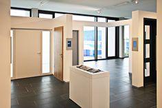Signage für Ausstellungen: Info-Displays im Hörmann Forum. (komma,tec redaction)