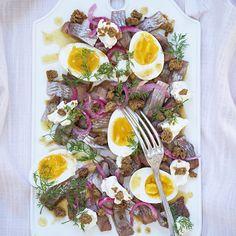 Matjessill med picklad rödlök, rostad kavring och brynt smör | Coop Easter Food, Easter Recipes, Cobb Salad