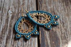 sommerliche tropfenförmige türkisblaue makramee Ohrringe mit goldenen Perlen verziert, boho, gipsy Schmuck von JoyMadebySahraJoy auf Etsy https://www.etsy.com/de/listing/275016746/sommerliche-tropfenformige-turkisblaue