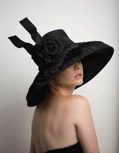 Jadore ce chapeau... sa fait de taffetas noir et satin rubans design entier à ras bord, orné de 2 roses de soie noir et une cravate souple. une taille