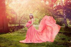 How-To Maternity Photography: Using Props Effectively Maternity Gown Photography, Maternity Poses, Maternity Pictures, Pregnancy Photos, Maternity Dresses, Stylish Maternity, Maternity Jeans, Family Shoot, Foto Newborn