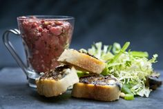 Tartare de boeuf aux échalotes marinées #recettesduqc #tartare #boeuf Appetizer Dips, Ceviche, Biscuits, Beef, Fish, Carpaccio, Recipes, Minute, Foods