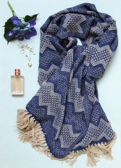 Alpaca wool scarf flatlay - cozy and fashionable! A winter musthave www.dutchinbolivia.com