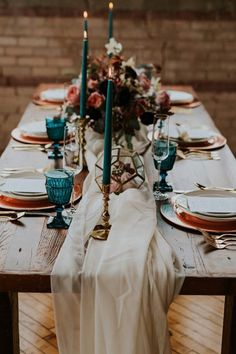 ORGANIC LINENS  Similar to cakes, dining tables are ditching the fuss and going for the whole easy elegance thing by stripping down to almost-bare surfaces with breezy, romantic dressings—think billowing runners and loosely knotted napkin presentations.