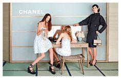 Las mejores campañas de moda del verano 2013. Karl Lagerfeld deja clara su faceta de fotógrafo (de carismático fotógrafo) en este shooting de la campaña de primavera-verano de Chanel. En las fotografías aparecen Stella Tennant, Ondria Hardin y Yumi Lambert.
