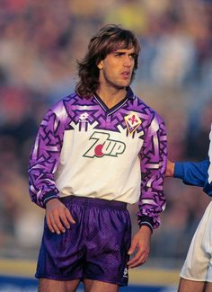 Gabriel Batistuta in the 1992 Fiorentina away kit Football Icon, Best Football Players, Retro Football, World Football, Football Kits, Vintage Football, Football Jerseys, Soccer Players, Old Boys