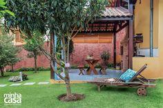 Quintal vira refúgio com árvores frutíferas, fonte e churrasqueira