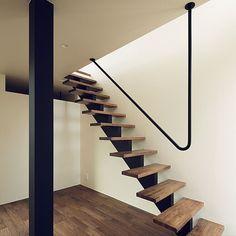 1LDKで、家族の、壁/天井/スケルトン階段/階段手すり/階段/マットブラック/アイアンについてのインテリア実例。 「階段の手摺はV字に曲...」 (2016-11-16 07:20:11に共有されました) Modern Stair Railing, Staircase Handrail, Stair Railing Design, New Staircase, Stair Decor, Modern Stairs, Home Entrance Decor, Balustrades, Door Gate Design