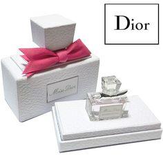 日本未発売★大人気のミスディオールが可愛いミニサイズで登場です!ディスプレイしても可愛いmiss Diorを模したBOXに入れてお届けです★プレゼントにもオススメ♪※こちらは商品の特性上、返品・交換はお断りさせて頂いております。【商品状態】新品・未使用【セット】■ミス ディオール ブルーミング ブーケ(オードゥトワレ) 5mlクリスチャン・ディオールが愛した花々とアジアへのオマージュを込めて。オープニングは、マンダリン、ベルガモットのみずみずしくフルーティなヘッドノート。続く、幸せの象徴、ピオニーが咲き、フェミニンなローズ、ジャスミンがやさしく香り立つハートノート。ラストは、ホワイトムスクのソフトで落ち着いたシプレー調のベースノートへ。みずみずしいフローラル フルーティ ブーケの香り。