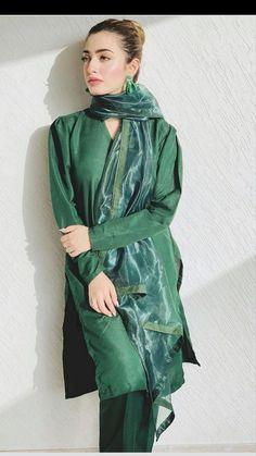 Pakistani Fashion Party Wear, Indian Fashion Dresses, Indian Designer Outfits, Bollywood Fashion, Beautiful Dress Designs, Stylish Dress Designs, Designs For Dresses, Simple Pakistani Dresses, Pakistani Dress Design