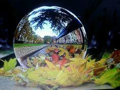 Bekijk de wereld door.een glazen bol.