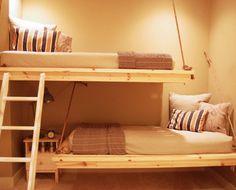 Полосатые подушки в детской