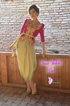 karakou algérois #algeriantraditionaldresses #Algérie #الجزائر #Algeria Caftan Sari, Moroccan Caftan, Simple Dresses, Beautiful Dresses, Prom Dresses, Formal Dresses, Oriental Fashion, Pakistani Outfits, Salwar Suits