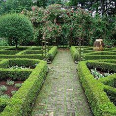 BUNNY WILLIAMS Garden Style. #formalgarden #hedge #parterre #boxwood #buxus #bunnywilliams #bunnywilliamsstyle #garden #landscaping #landscapearchitecture #gardendesign #gardenstyle #gardensofamerica #gardeninspiration #gardensofinstagram #dailybloombunnywilliams #dailybloompath