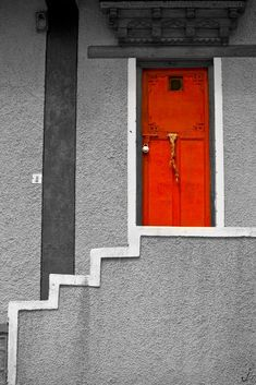 """Wow, the red door comes out beautiful against the grey! This is how I imagine the doorway of dreamdoors described in Kerstin Gier's """"Silver""""-trilogy."""