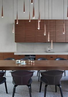 cuisine table à manger bois chaise marron cuir suspension cuivre blog déco Lounge, Architecture, Kitchen Interior, Townhouse, Lights, Interior Design, Furniture, Home Decor, Kitchens