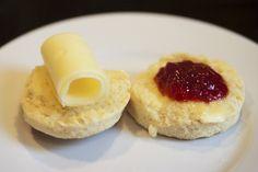Nystekt brød er fantastisk godt, men britiske scones er faktisk enda bedre! Få en enkel og god oppskrift her, og få med to tips som gjør dem perfekte!