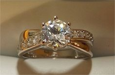 Un anillo con diamante central espectacular