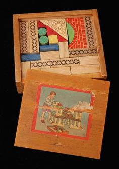 Klein houten kistje met blokken, op deksel afbeelding van jongetje met blokkenkasteel, houten blokken van verschillende vormen en bedrukt met bakstenen-motief