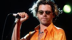 22 de noviembre – Michael Hutchence vocalista de la banda INXS hoy hubiera cumplido años