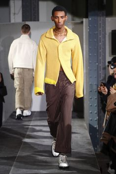Acne Studios Fall 2018 Menswear collection, runway looks, beauty, models, and reviews.
