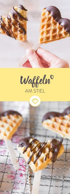 Love at hand: airy waffles on a stick- Liebe auf die Hand: Luftige Waffeln am Stiel Why waffles on a stick? Your hands stay clean No annoying dishes to wash Because they are sooo beautiful! Brunch Recipes, Dessert Recipes, Dessert Blog, Baking Desserts, Kids Meals, Easy Meals, Waffle Sticks, Waffles, Snacks Für Party