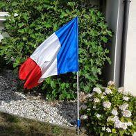Un français et un américain discutent de la signification de leur drapeau respectif. - Chez nous en France, le bleu-blanc-rouge : c'est comme les impôts. Quand on en parle, on voit rouge, Quand on reçoit l'avis d'imposition on est tout blanc, Une fois...