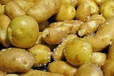 Glaseret hamburgerryg og hjemmelavet champignonsauce   nogetiovnen.dk Pretzel Bites, Potatoes, Bread, Fruit, Vegetables, Food, Corning Glass, Meal, Eten