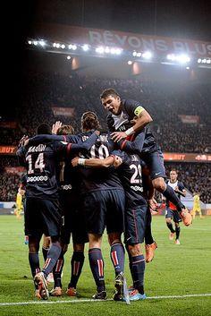 FOOTBALL PSG Championnat 2013/14, 13 mars 2014, 29ème journée PSG AS St-Etienne 2-0. Le PSG mate sa bête noire. Depuis mai 2012, le club de la capitale n'avait jamais réussi à gagner contre St-Etienne, 4e de L1 (deux nuls, une défaite). Le doublé d'Ibrahimovic met fin à cette série. Il permet aussi à son équipe d'enregistrer enfin une victoire cette saison contre l'un de ses trois poursuivants après les nuls contre l'AS Monaco et le Lille OSC