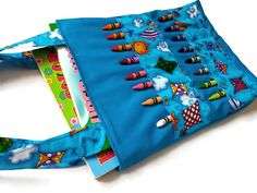 Art bag designed to carry 20 to 40 crayons and 2 coloring books: x 8 in Sewing Projects For Kids, Sewing For Kids, Sewing Crafts, Sewing Basics, Sewing For Beginners, Sac D'art, Sewing Tutorials, Sewing Patterns, Sewing Ideas