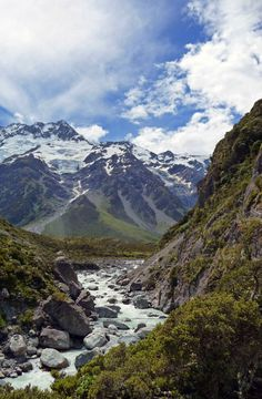 Hiking in Hooker Valley | Mount Cook National Park | New Zealand