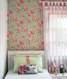 outra versão de quarto verde, rosa e branco. Aqui com papel de parede florido. E coisinhas fofas na decoração do criado-mudo