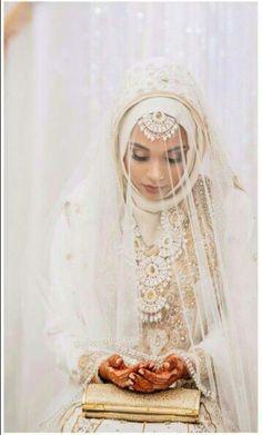 21 Hijab Brides Who Slayed It via Big Fat Indian Wedding Wedding Hijab Styles, Muslimah Wedding, Muslim Wedding Dresses, Muslim Brides, Indian Muslim Bride, Muslim Couples, Arab Bride, Wedding Outfits, Fascinator