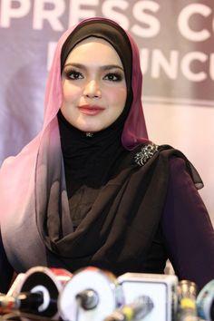 Penyanyi asal Malaysia, Siti Nurhaliza yang kini disapa Dato' Siti Nurhaliza meluncurkan album solo terbarunya yang berjudul Fragmen, di Artotel, Sarinah, Jakarta Pusat, Selasa (21/10/2014). Album ini berisikan 9 buah lagu yang di dalamnya bercerita tentang perjalanan karir dan kehidupan seorang Siti Nurhaliza. TRIBUNNEWS/JEPRIMA