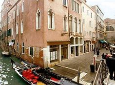 Venice Hotels: Ca' Del Campo, #Venice, Italy is minutes from Le Zitelle and St. Mark's Basilica. This townhouse accommodation is close to Rialto Bridge and Squero di San Trovaso. #lowestroomrates