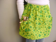 The Sarah Apron, tutorial, looks super easy Child Apron Pattern, Apron Pattern Free, Half Apron Patterns, Apron Tutorial, Sewing Tutorials, Sewing Projects, Sewing Ideas, Sewing Tips, Tela