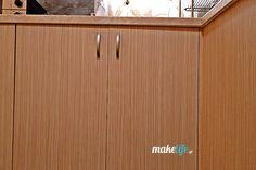 Δύο φορές το χρόνο καθαρίζουμε τα ντουλάπια της κουζίνας μεμια περισσότερο σύνθετη λύση, ώστε να διατηρηθούν λαμπερά και σαν καινούρια για πάντα. Home Organization, Cleaning Hacks, Diy And Crafts, Cabinet, Storage, Furniture, Home Decor, Clothes Stand, Purse Storage